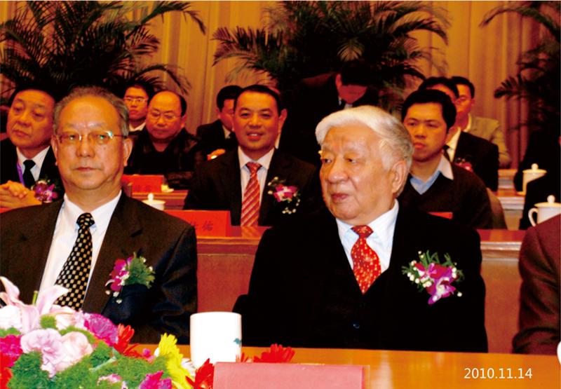 """赖总以门窗行业代表身份出席在北京人民大会堂召开的""""建材下乡""""推进工作总结大会"""